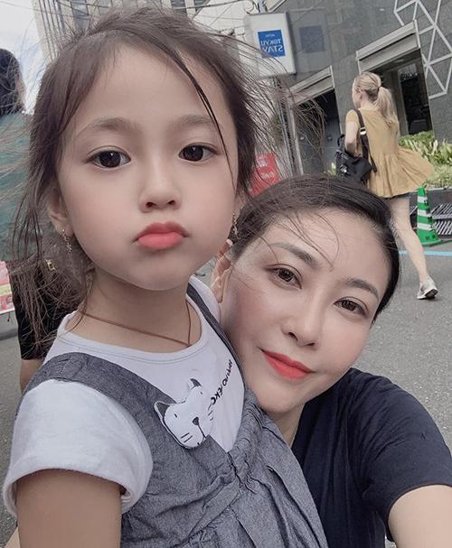Ngoài hai con trai lớn, Hà Kiều Anh còn có một con gái út tên Viann. Trong một bức hình selfie được mẹ khoe trên mạng xã hội mới đây, Viann nhận được nhiều lời khen vì có gương mặt bầu bĩnh đáng yêu, thừa hưởng nhiều nét đẹp từ mẹ.
