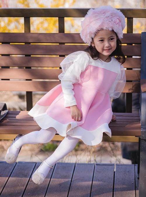Nhóc tì cũng được mẹ cho ăn diện từ bé với phong cách đậm chất công chúa. Trong những bức hình diện váy áo tiểu thư, Viann được nhận xét có dáng dấp của một hoa hậu tương lai.