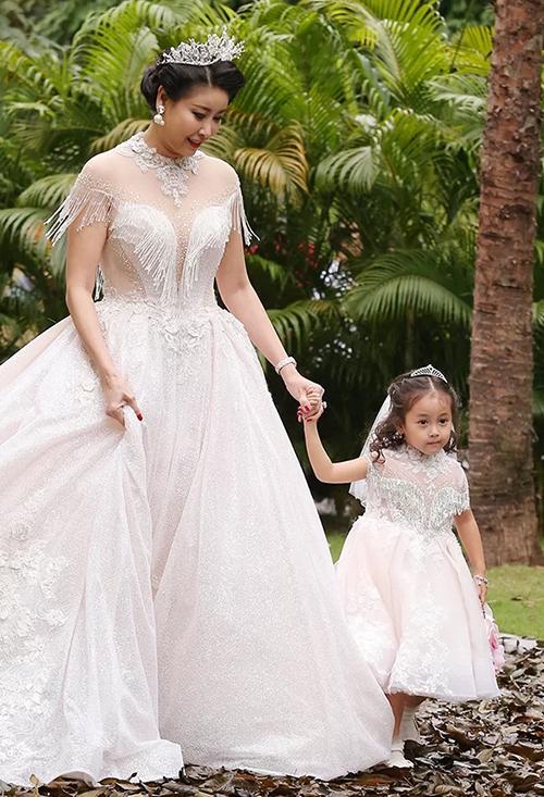 Từ năm 3 tuổi, Viann đã được mẹ cho đi diễn thời trang. Lần đầu catwalk cùng mẹ, cô nhóc có đôi chút lo lắng, tuy nhiên vẫn hoàn thành tốt phần trình diễn.
