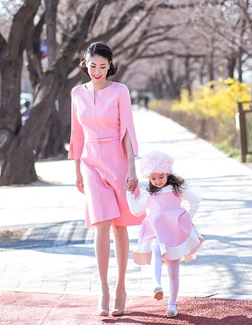 Trong những buổi chụp hình thời trang hoặc các chuyến công tác nước ngoài, Hà Kiều Anh thường cho con gái cưng đi cùng. Hai mẹ con rủ nhau khoe phong cách đẹp mắt trên phố.