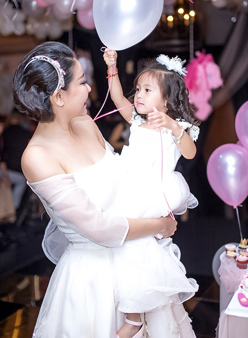 Hà Kiều Anh và con gái thường diện chung style nữ tính, điệu đà.