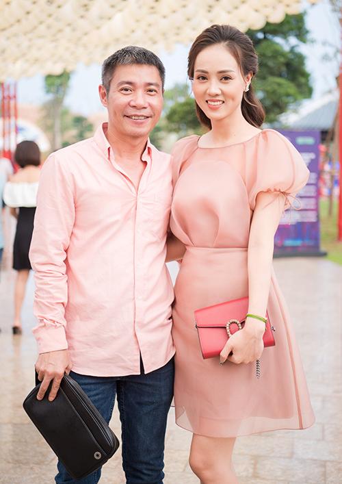 Tham dự sự kiện ở Hà Nội tối 15/9, NSND Công Lý sóng đôi cùng bạn gái Ngọc Hà. Cả hai diện đồ tông xuyệt tông sắc hồng.