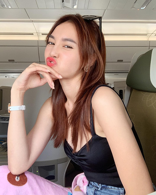 Lan Ngọc nhí nhố trên chuyến bay ra Hà Nội dự sự kiện.