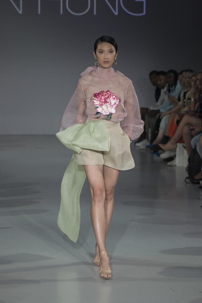 <p> Để thể hiện tối đa tinh thần của bộ sưu tập, các người mẫu được yêu cầu không mặc nội y.</p>