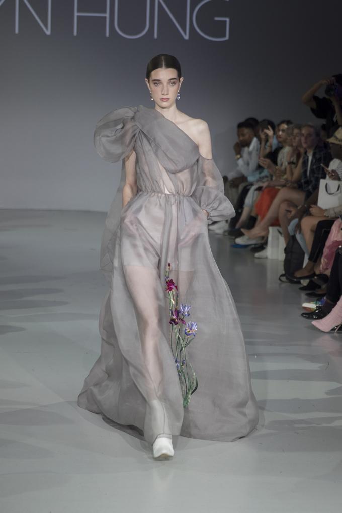 Khánh Linh diện váy mạ vàng