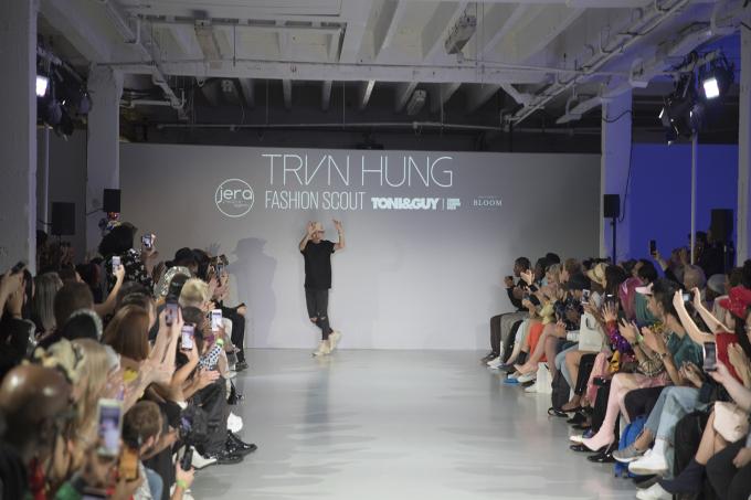 <p> NTK Trần Hùng chào kết khán giả sau show diễn thành công.</p>