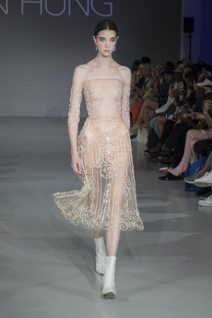<p> 20 trang phục được NTK Trần Hùng giới thiệu đến giới mộ điệu thời trang ở London đều mang đậm cảm hứng feminism, nói về nữ quyền và sự mạnh mẽ của người phụ nữ.</p>