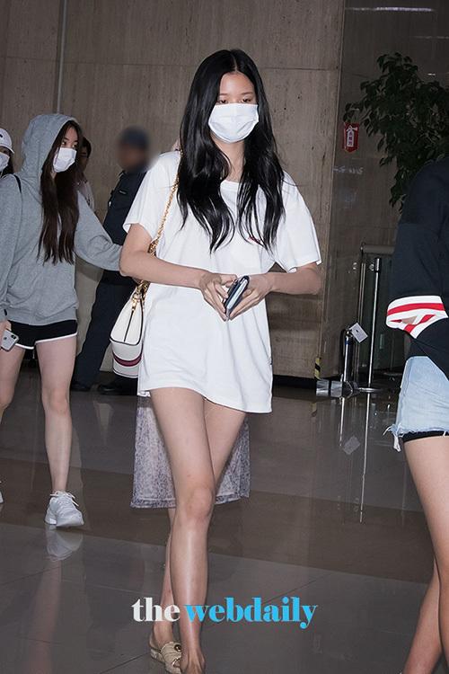Jang Won Young (IZONE) lộ vẻ mệt mỏi khi trở về Hàn. Nữ idol khoe chân dài với trang phục giấu quần.
