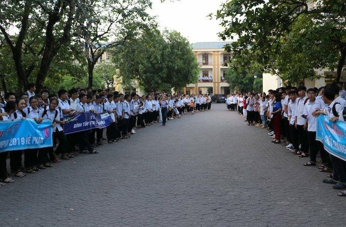 Hàng trăm người xếp hàng chờ đón Trung tại sân trường THPT chuyên Phan Bội Châu từ chiều 16/9.