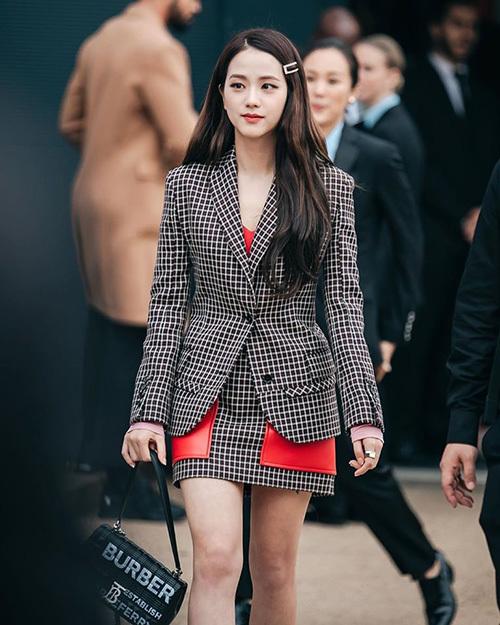 Ji Soo diện trang phục, phụ kiện của Burberry, tóc buông xõa nhẹ nhàng, nhấn nhá bằng chiếc kẹp cổ điển. Nhan sắc và phong cách của thành viên Black Pink được lòng người hâm mộ.