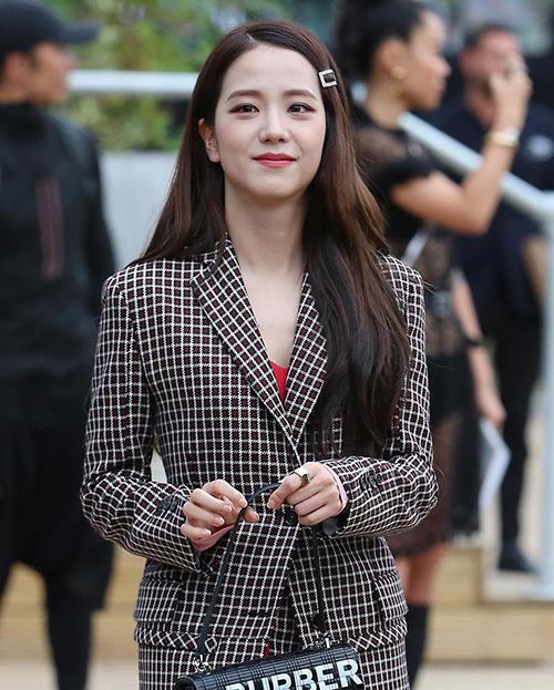 Paper Magazine viết về thành viên Black Pink: Cô ấydiện mộtchiếc áo khoác len hoạ tiết tartan cùng miniskirt đồng bộ đến từ bộ sưu tập Thu Đông 2019 của Burberry, bộ trang phục do chính Ji Soo lựa chọn vào ngày hôm trước tại cửa hàng flagship của Burberry trên phố Regent.