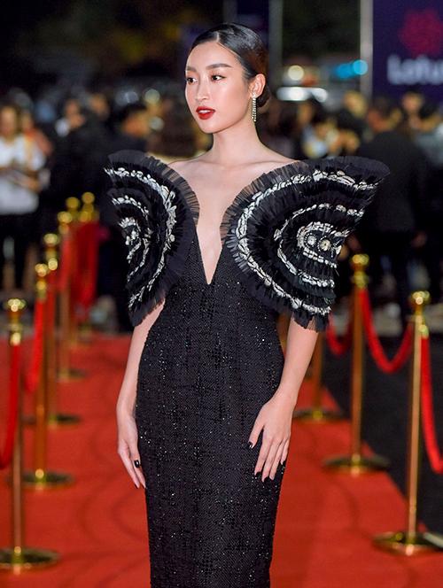 Hoa hậu Đỗ Mỹ Linh không ngại diện đầm xẻ cổ sâu.