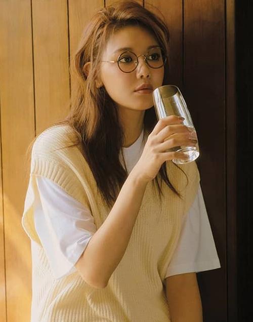 Cặp kính gọng tròn da beo giá gần 4,6 triệu đồng của thương hiệu Lash trở thành điểm nhấn trên gương mặt của Soo Young (SNSD).