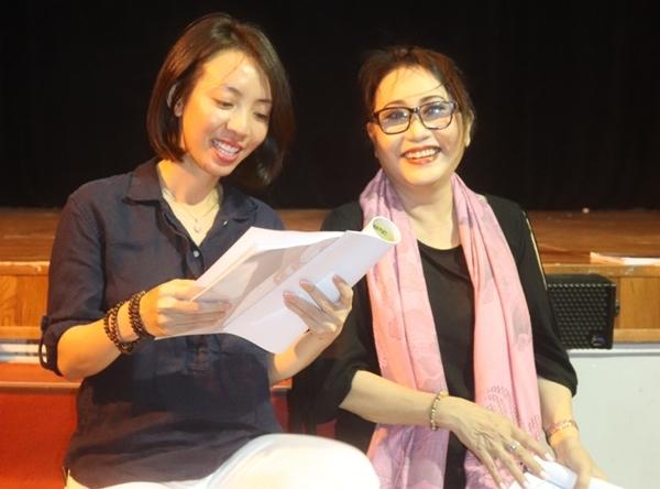 Thu Trang tập luyện cho vở diễn cùng nghệ sĩ Thanh Hằng.