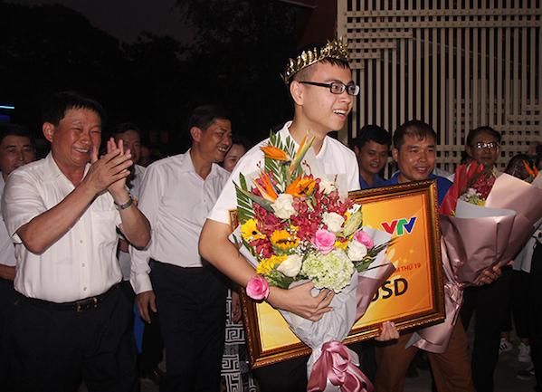 Trần Thế Trung về tới trường THPT chuyên Phan Bội Châu hơn 18h ngày 16/9.