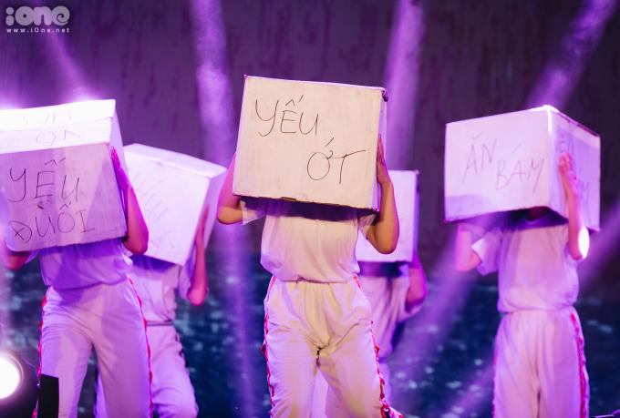 <p> Khối chuyên Văn mang lên sân khấu màn trình diễn về hình ảnh người phụ nữ hiện đại và những định kiến. Phần trình diễn ấn tượng, nhận được sự cổ vũ lớn từ các bạn học sinh.</p>
