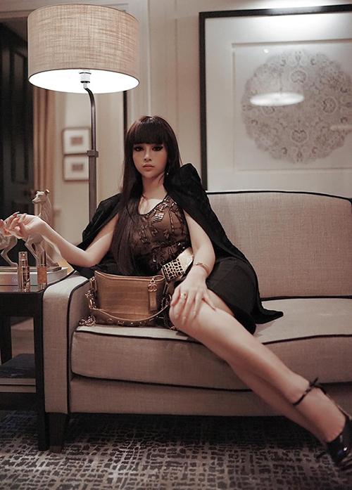 Huyền Baby đổi gió với kiểu tóc Cleopatra khi dự sự kiện ở London.
