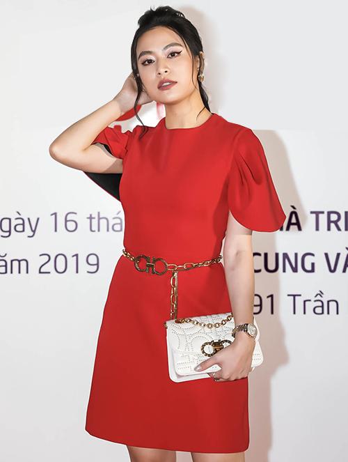 Hoàng Thùy Linh rực rỡ váy đỏ.