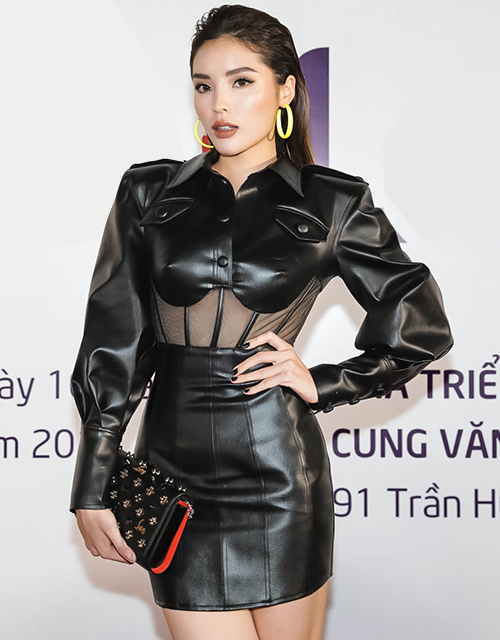 Kỳ Duyên gần đây trung thành với phong cách cá tính, mạnh mẽ. Cô mặc kín cổng cao tường thay vì khoe vòng một như thường lệ.