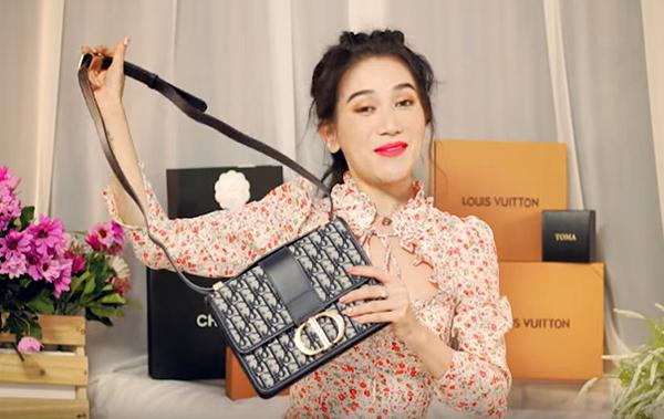 Trong video đập hộp mới đây, Sĩ Thanh bị nghi dùng hàng nhái khi khoe chiếc túi Dior 30 Montaigne có phần quai và phom dáng xộc xệch, thiếu chỉn chu. So sánh với hàng chính hãng, chiếc túi này có nhiều điểm khác biệt. Tuy nhiên để chứng minh sản phẩm mình dùng là authentic, Sĩ Thanh đã làm video đến cửa hàng Dior để kiểm tra, đồng thời công bố hóa đơn mua hàng tại store Việt Nam.