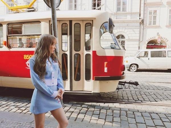Tae Yeon thả dáng ở trời Âu trong bộ váy ngắn màu xanh nhẹ nhàng.