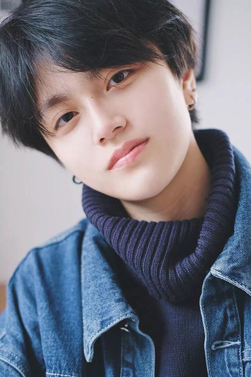 Diệp Vũ Hàm là nữ ca sĩ mới của Trung Quốc và được yêu thích nhờ ngoại hình tomboy, đẹp lãng tử. Cô nàng sở hữu ánh mắt biết nói, đốn tim fan nữ.