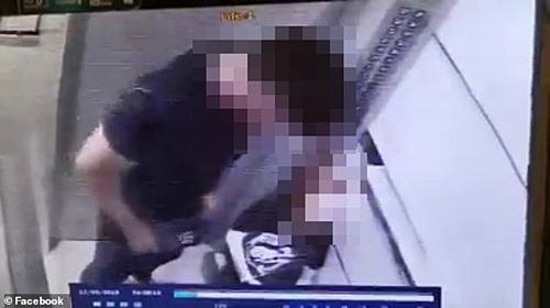 CCTV của tòa nhà cho thấy cô gái trẻ bị một người đàn ông kéo vào thang máy trong tình trạng bất tỉnh.