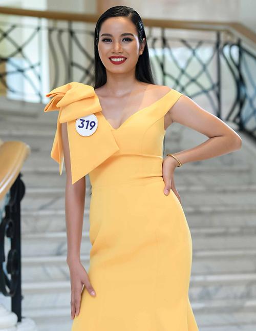 Được sự hỗ trợ từ tổ chức Hoa hậu Hoàn vũ Việt Nam và chuyên gia trang điểm, nhan sắc Ê đê ra dáng một thí sinh sắc đẹp với chiếc váy vàng trễ nải, kiểu tóc chải mượt cùng lối trang điểm cầu kỳ.