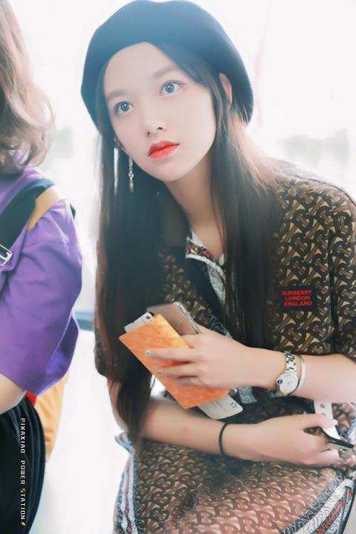 Đứng ở vị trí thứ 4 là Trình Tiêu - thành viên nhóm WSJN đã trờ về Trung Quốc để hoạt động. Khi không trang điểm, nữ idol có đôi mắt ướt, đẹp trong sáng.