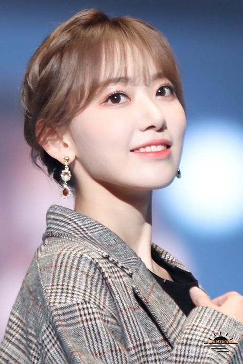 Đôi mắt lấp lánh như ánh sao là đặc điểm nổi bật nhất trên gương mặt Sakura khi cô nàng make up nhẹ nhàng.