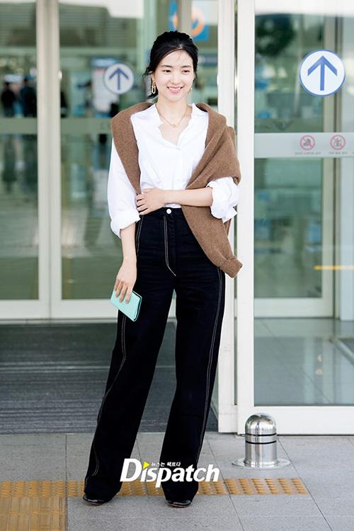 Kim Tae Ri gây sốt với tỉ lệ cơ thể cực chuẩn. Nữ diễn viên 9x được đánh giá cao về gu thời trang.