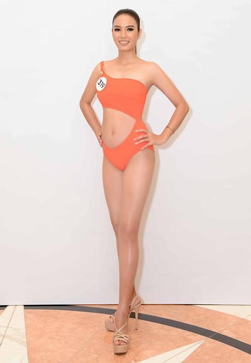 Trong phần tạo dáng với bikini, HLuai đi đôi sandals được chính HHen Niê tặng để có thêm động lực. Dù vẫn còn lúng túng trong cách pose, đồng thời hình thể chưa săn chắc nhưng cô gái 18 tuổi vẫn gây ấn tượng với khán giả theo dõi cuộc thi.