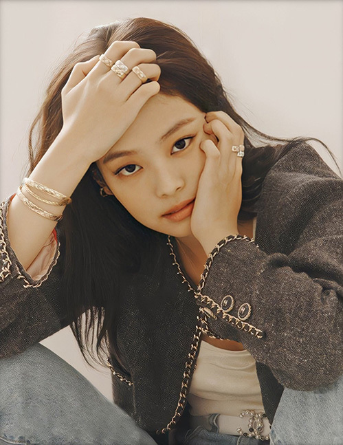 Thành viên Black Pink dẫn đầu danh sách nữ idol có đôi mắt cuốn hút nhất do trang TCCCAsia bình chọn. Jennie có mắt mí lót cá tính, phần đuôi mắt hơi xếch tạo vẻ lạnh lùng đầy sang chảnh.