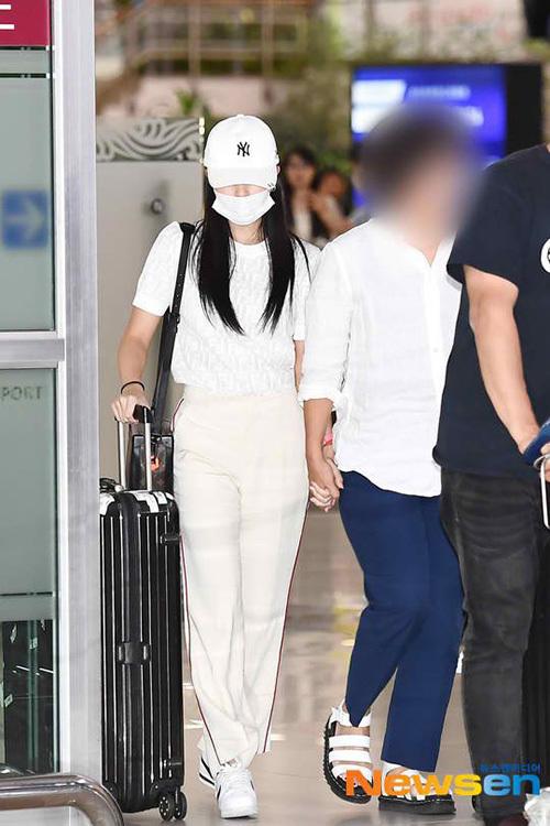 Tối 17/9, Mina bất ngờ trở về Hàn. Nữ ca sĩ nắm tay mẹ và có tinh thần tốt hơn lần trở về trước. Nhiều người dự đoán nữ idol sẽ tham gia vào hoạt động quảng bá ca khúc mới của Twice.