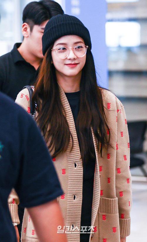 Ngày 18/9, Ji Soo trở về Hàn Quốc sau khi dự sự kiện ở London, Anh. Thành viên Black Pink chỉ trang điểm nhẹ nhàng vẫn cực xinh đẹp.