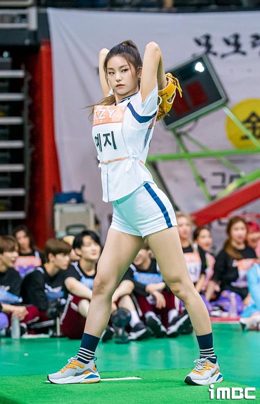 Cô nàng cũng thường xuyên diện shorts khoe đôi chân thon gọn. Tại đại hội thể thao ISAC Trung thu vừa qua, nữ idol sinh năm 2000 chiếm spotlight khi thi ném bóng chày.