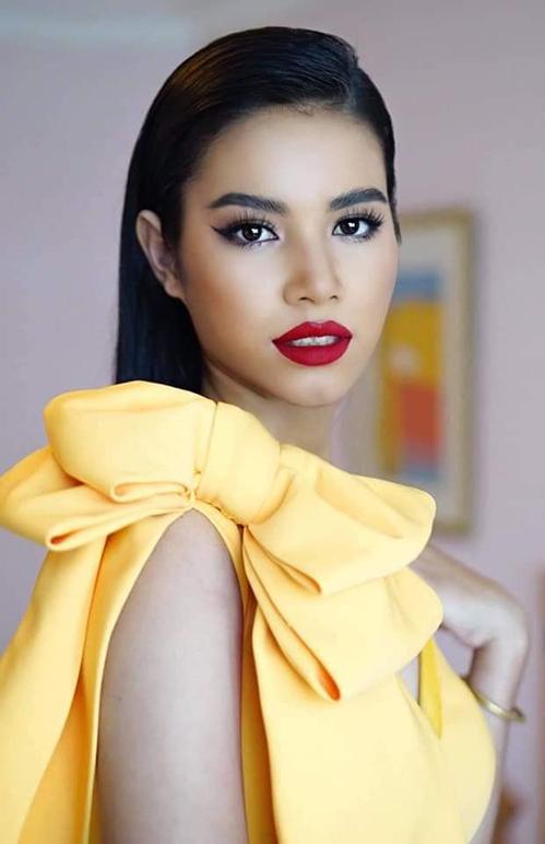Dưới bàn tay biến hóa của chuyên gia trang điểm Hàng Thanh Thiện, người đẹp Ê đê thay đổi hoàn toàn. Nhiều người nhận xét cô có đường nét sắc sảo hao hao Hoa hậu Phạm Hương.