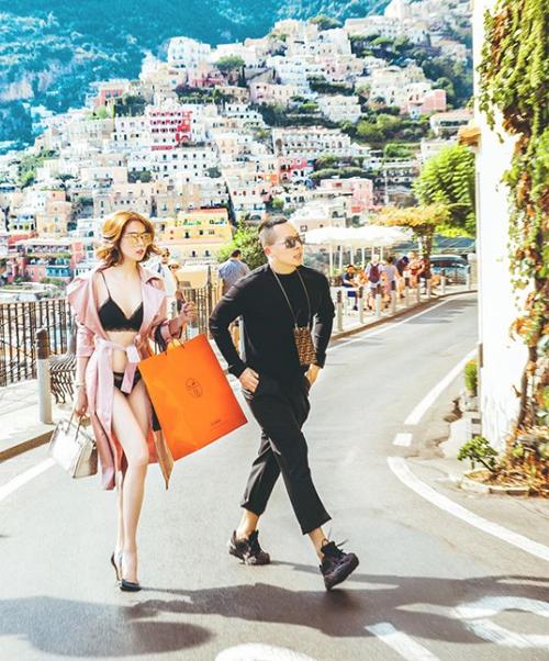 Cùng đi trong chuyến này với Ngọc Trinh là ông bầu Vũ Khắc Tiệp. Bất chấp sự phản đối gay gắt từ nhiều đàn chị trong nghề và khán giả, người mẫu gốc Trà Vinh mặc đồ ngày càng táo bạo gây sốc. Trang phục này bị chê kém duyên giống bộ váy mặc như không Ngọc Trinh từng diện đến LHP Cannes 2019.