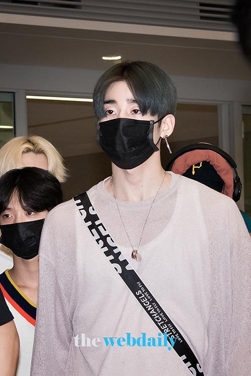 Các thành viên X1 trở về Hàn sau lịch trình đầu tiên ở nước ngoài. Han Seung Woo có bờ vai rộng, đầy nam tính.