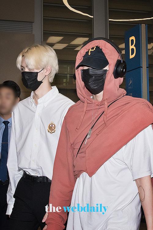 Cho Seung Youn xuất hiện với cách mặc áo khó hiểu, chỉ xỏ một tay.