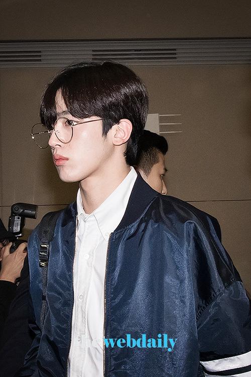 Center Kim Yo Han đeo kính gọng tròn cute.