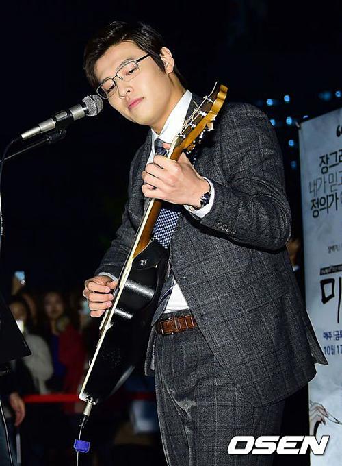 Kang Ha Neul biết hát và chơi nhạc cụ.