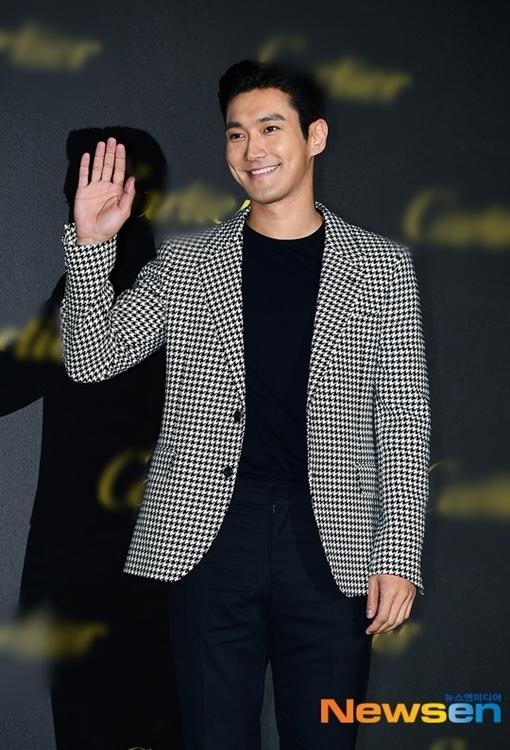 Si Won (Super Junior) vẫy tay chào người hâm mộ.