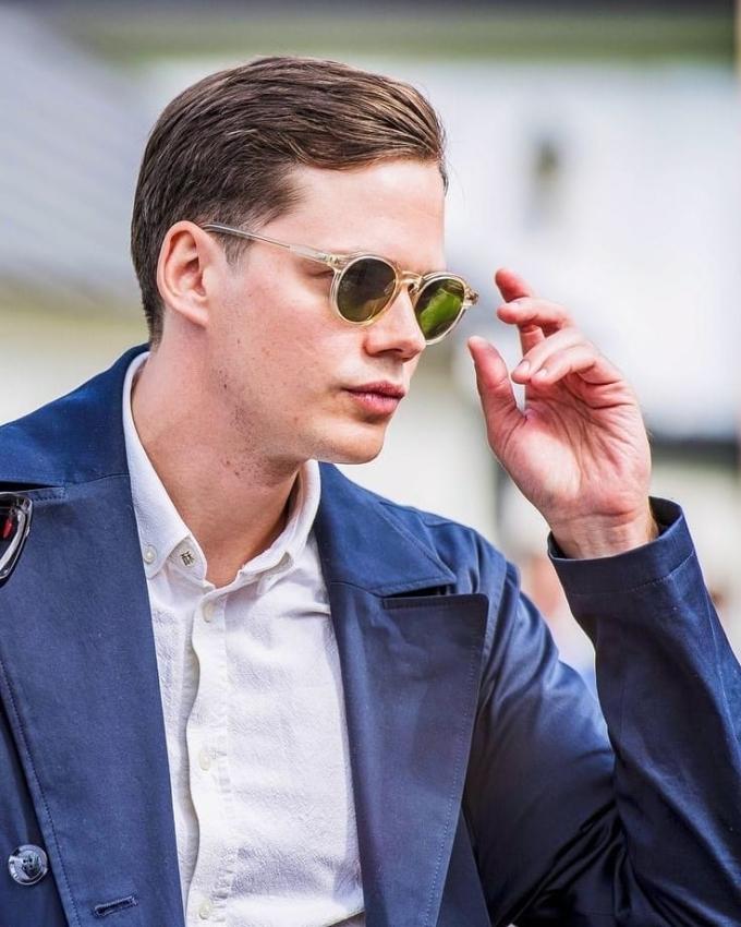 <p> Nam diễn viên người Thụy Điển sở hữu nét đẹp cổ điển của nam giới Bắc Âu với làn da trắng, mũi cao.</p>