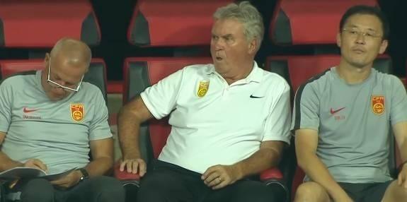 Ông Guus Hiddink (giữa) cùng các trợ lý trên băng ghế huấn luyện.