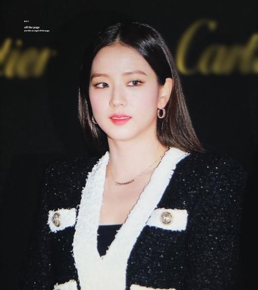 Kiểu tóc thẳng quyền lực cùng lối makeup phù hợp giúp tôn lên đường nét mỹ miều trên gương mặt Ji Soo.
