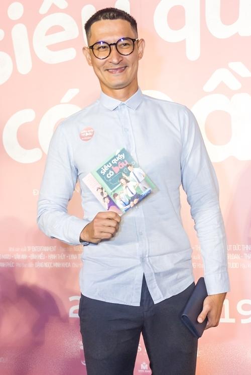 Diễn viên Huy Khánh chúc mừng đoàn phim.