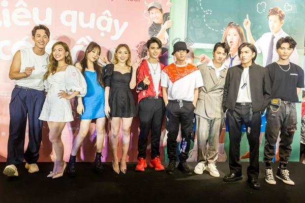 Song Luân cùng nhóm Uni5, Lip B chúc mừng Han Sara. Họ cùng chung công ty quản lý của Ông Cao Thắng.