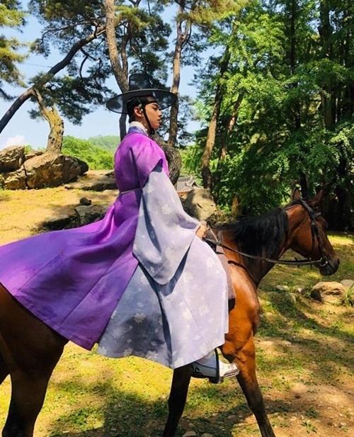 Cha Eun Woo hóa mỹ nam cổ trang đầy khí chất trên lưng ngựa khi quay Rookie Historian Goo Hae Ryung.