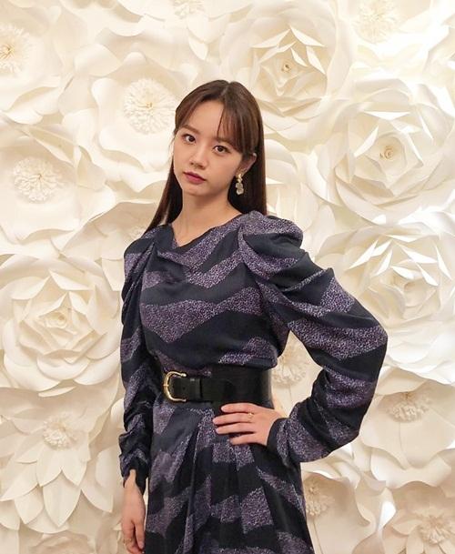 Hye Ri trông trưởng thành, chững chạc hơn trong bộ váy tối màu và tô son đậm.